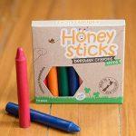 Boîte de 8 crayons fins Honeysticks 100% en pure cire d'abeille naturels et non toxiques, sûrs pour les tout petits (1 an et plus) comme les plus grands, faits main en Nouvelle-Zélande. Idéal pour l'apprentissage de l'écriture et la coordination des mouve image 2 produit