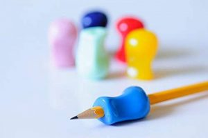 Grips pour crayon – Assortiment de 6 couleurs –Aide ergonomique à l'écriture pour les droitiers et les gauchers – Pour une écriture et un contrôle des couleurs optimaux – Outil idéal pour l'ergothérapie de la marque Early Learning Essentials image 0 produit