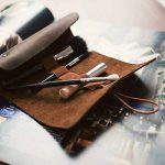 kalibri Trousse en cuir véritable - Étui vintage pour rangement crayon stylo pinceau - Pochette à rouler avec bande élastique - marron foncé de la marque kalibri image 2 produit